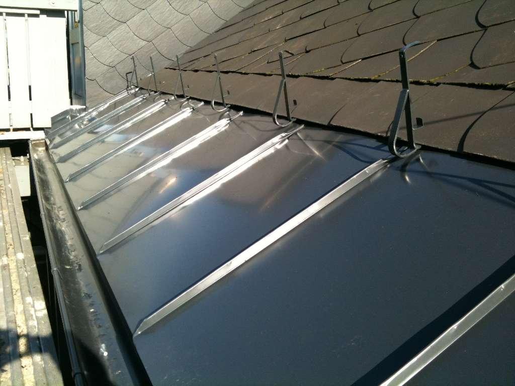 Traufeneindeckung mit Doppelstehfalz in Aluminium anthrazit